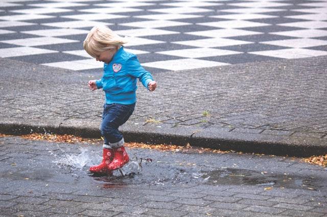 dreng hopper i vandpyt